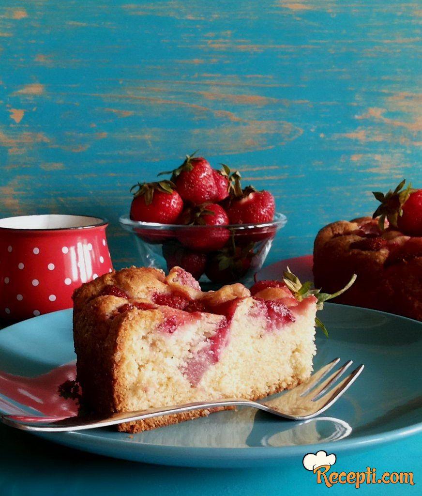 Jednostavan kolač s jagodama