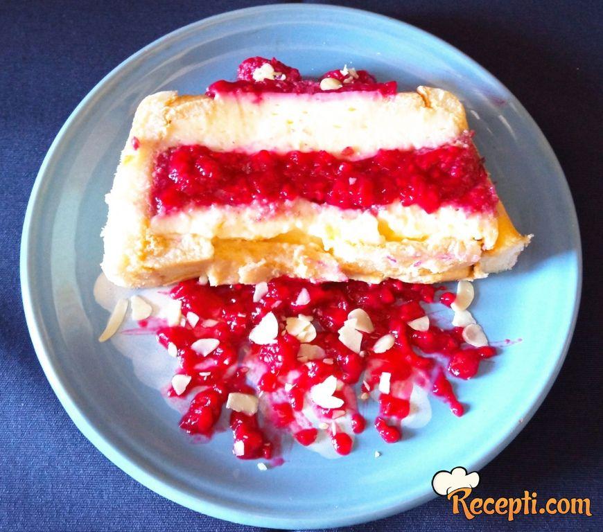 Piškota kolač sa vanil kremom i malinama