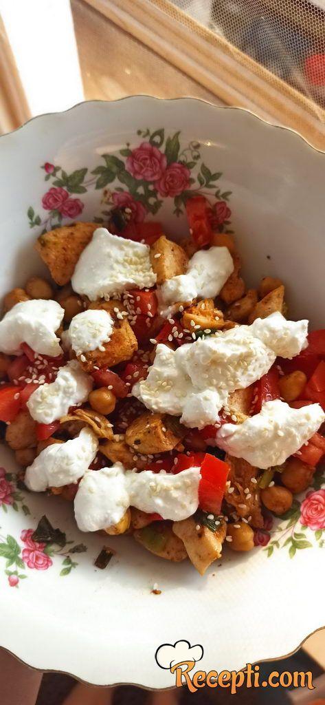 Brza obrok salata sa piletinom i leblebijom