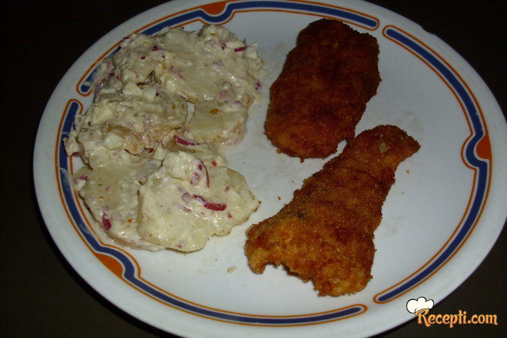Pohovani riblji fileti sa salatom od krompira