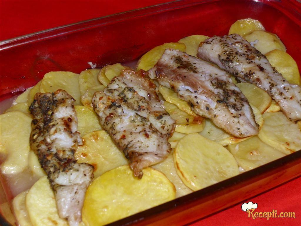 Riblji fileti sa krompirom u vinu